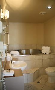 Deluxe one bedroom suite ensuit bathroom