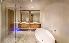 DH Dunedin - Executive Studio Bathroom