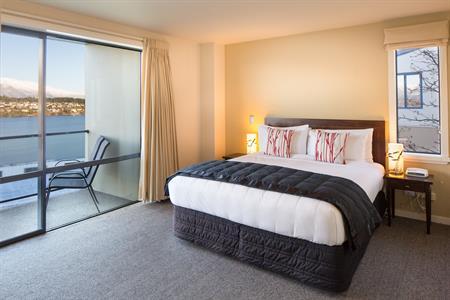 2 Bedroom Villa master bed new white Villa del Lago