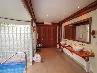 Sinalei - 1 Bedroom Beachfront Villa Bathroom Sinalei Reef Resort & Spa