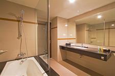 Suite Bathroom Swiss-Belhotel Rainforest