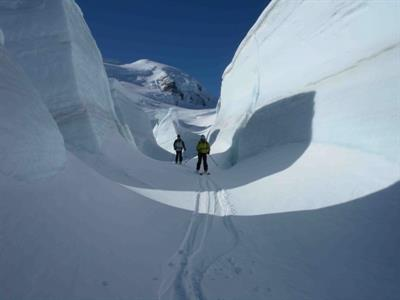 Skiers-exploring-the-Tasman-Glacier