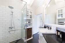 Waterfoot House - Twin Suite bathroom Waterfoot House