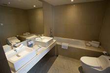 Suite Bathroom Swiss-Belinn Airport Jakarta