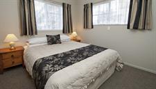 Queen Room in 2 Bedroom Apartment Sport Of kings