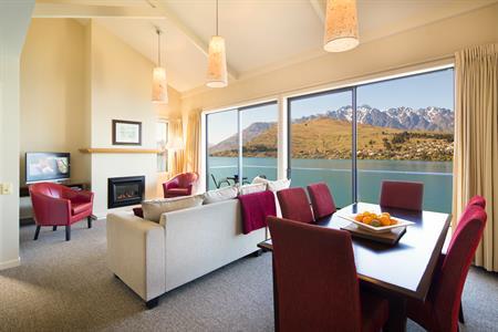 2 Bedroom Villa, Open plan dining and living area Villa del Lago