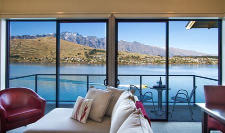 Villa view with jet boat Villa del Lago
