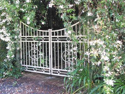 Custom gate 295