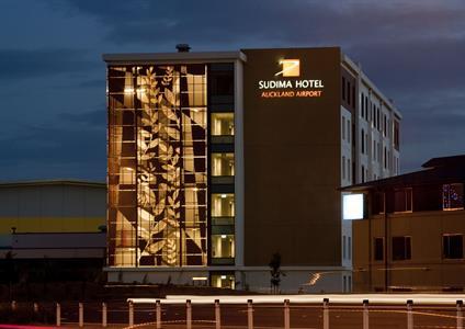 Exterior at Night Sudima Auckland Airport