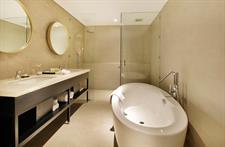 Suite Bathroom Swiss-Belinn Airport Surabaya