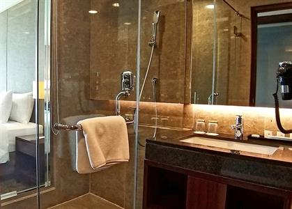 Deluxe Bathroom Swiss-Belhotel Serpong