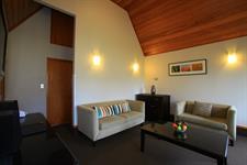 DH Te Anau - Deluxe 2 Bdrm Villa Lounge R160048 Distinction Te Anau Hotel & Villas