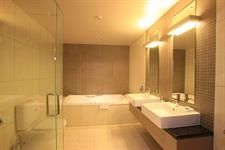DH Luxmore - Deluxe Suite Bathroom R16217