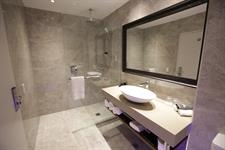 DH Christchurch Superior Room Bathroom