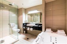 DH Te Anau Deluxe Lake View Hotel Suite Bth MD9968 Distinction Te Anau Hotel & Villas