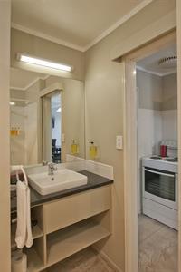 1 Bedroom Spa Apartment Modern Bathroom Sport Of kings