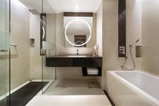 Grand Deluxe Bathroom Swiss-Belhotel Harbour Bay